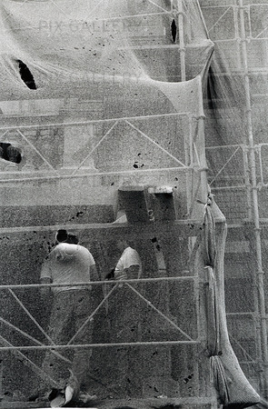 Byggnadsarbetare på byggnadsställning