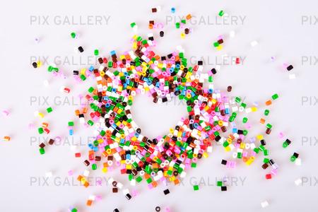 Plastpärlor i olika färger
