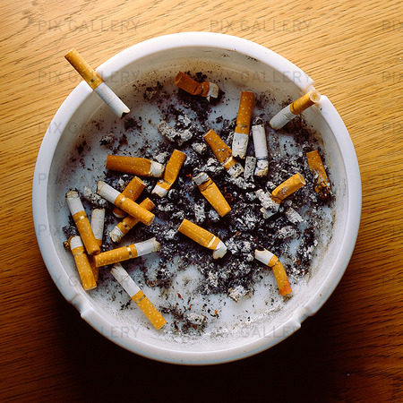 Cigarettfimpar i askfat