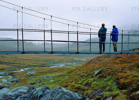 Fjällvandrare på gångbro, Lappland