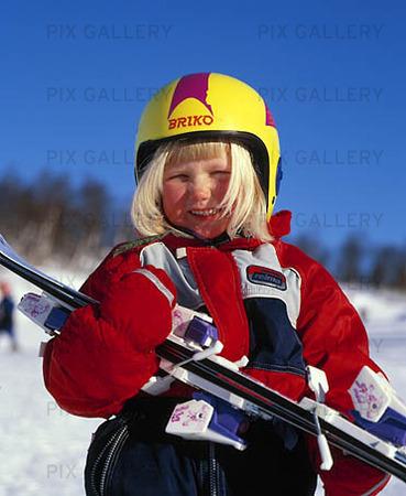 Flicka med skidor