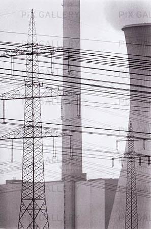Kraftledningar framför kraftverk