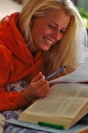Kvinna som läser bok