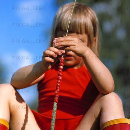 Flicka med smultronstrå