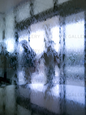 Människor bakom glasfönster