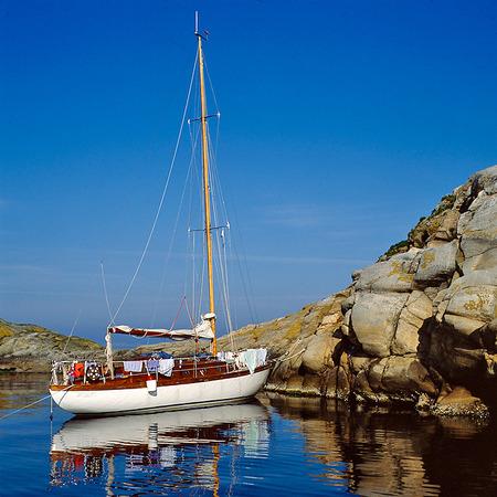 Segelbåt i naturhamn