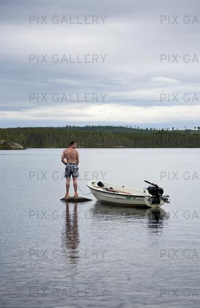 Man som kissar i sjö