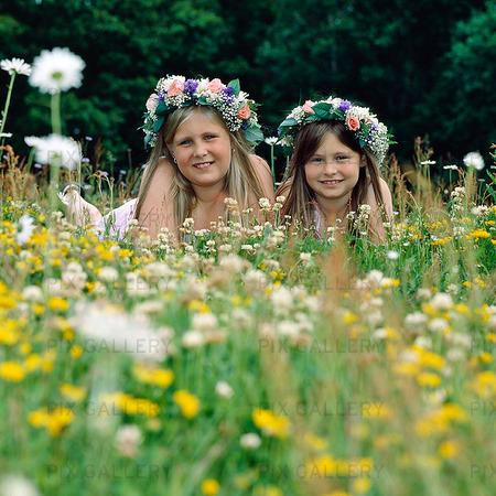 Två flickor i sommaräng