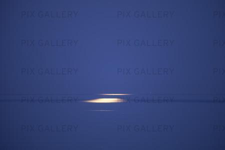 Spegling av fullmåne i havet