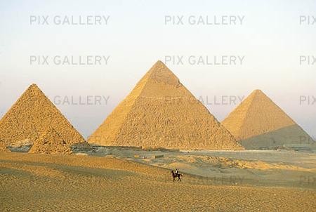 Bild på Pyramider i Ghiza, Egypten (MMUIFH): Rights-Managed foto | Bildbyrå Pix Gallery