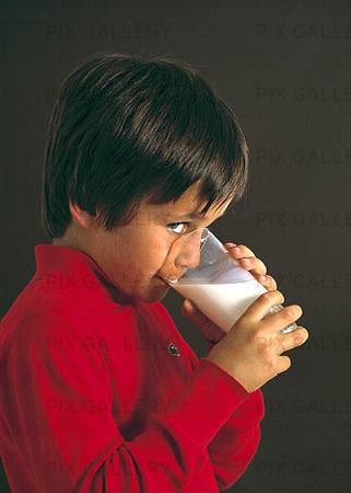 Pojke som dricker mjölk