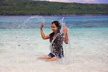 Kvinna plaskar i havet, Filippinerna