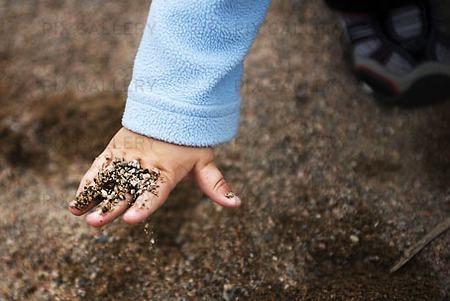 Sand på barnhand