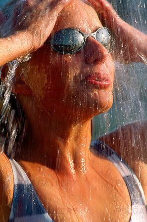Kvinna som duschar