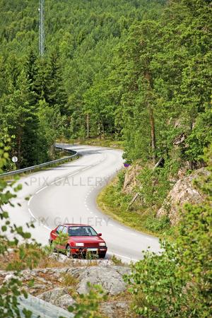 Bil på landsväg i Sverige