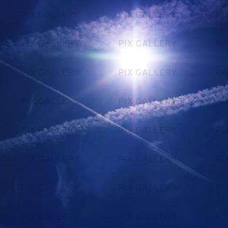 Solen med kondensstrimmor från flyg