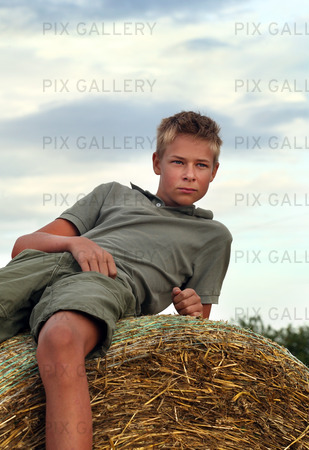 Pojke på en höbal