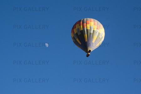 Luftballong och månen
