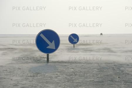 Vägmärken på sandstrand