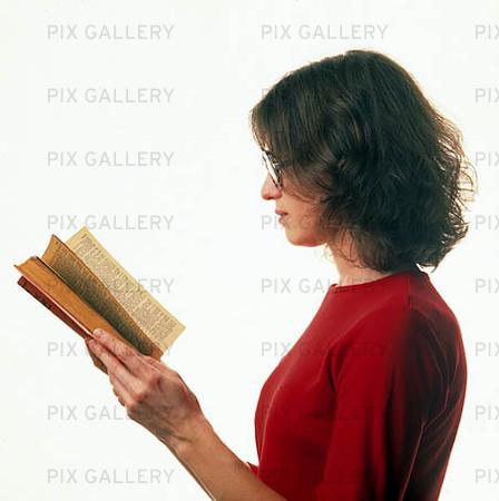 läser bok