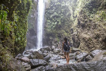 Kvinna vid Casaroro Falls, Filippinerna