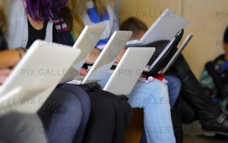 Tjejer med laptop