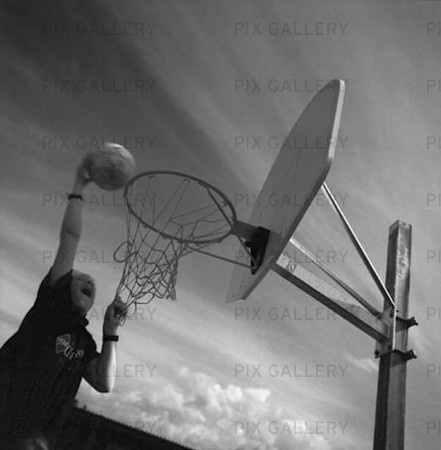 Pojke spelar basketboll