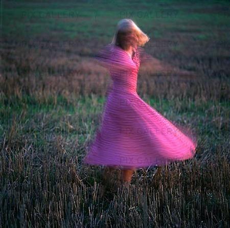 Kvinna dansar på äng