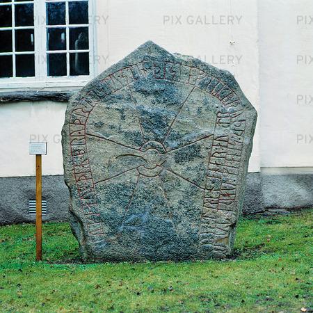 Runsten vid Dalums kyrka, Västergötland