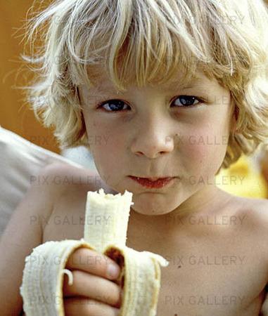 Pojke äter banan