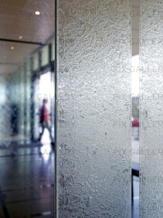 Människa bakom glasfönster
