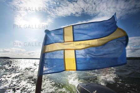 Svensk flagga på motorbåt