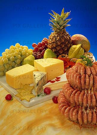 Ostbricka, frukt och räkor