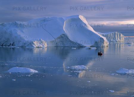 Båt vid isberg, Grönland