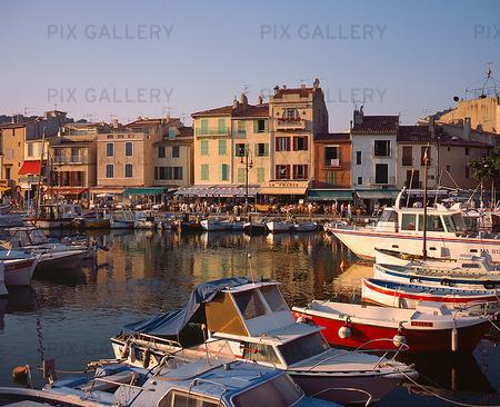 Cassis hamn på Franska Rivieran
