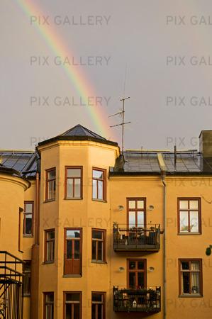 Regnbåge över bostadshus