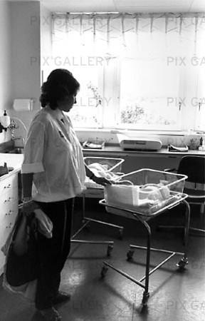 Kvinna med nyfödd baby