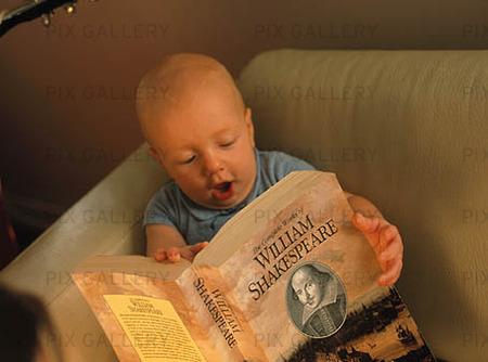 Baby läser bok