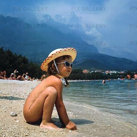 Flicka på strand, 60-talet