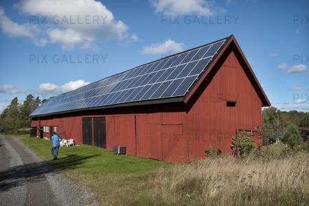 Bild på Kraftledning vid ladugård med solpaneler på taket (BQXJQU): Royaltyfritt foto | Bildbyrå ...