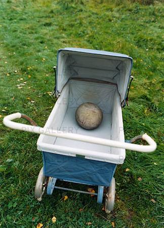 Rund sten i barnvagn