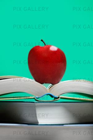Rött äpple på böcker