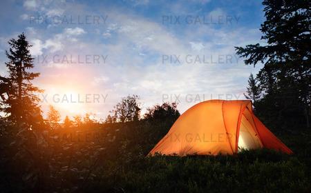 Campingtält i skogen