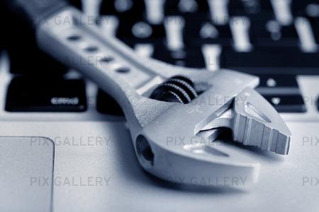 Skiftnyckel på laptop