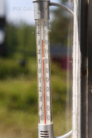 Termometer som visar 35 grader varmt