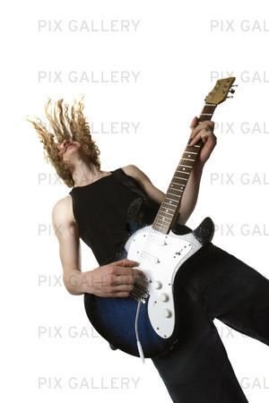 En ung man spelar gitarr