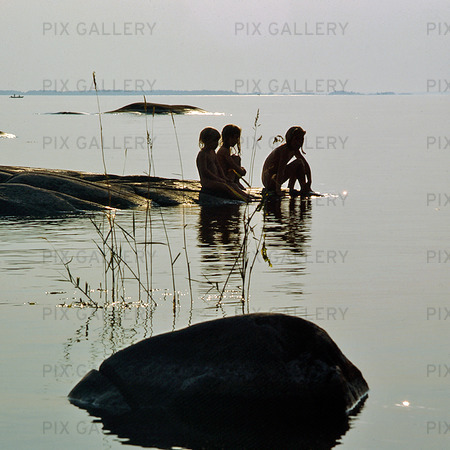 Barn vid insjö