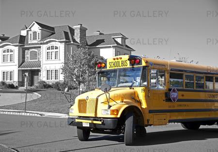 Gul skolbuss vid Bel Air Woods i Livingston, USA