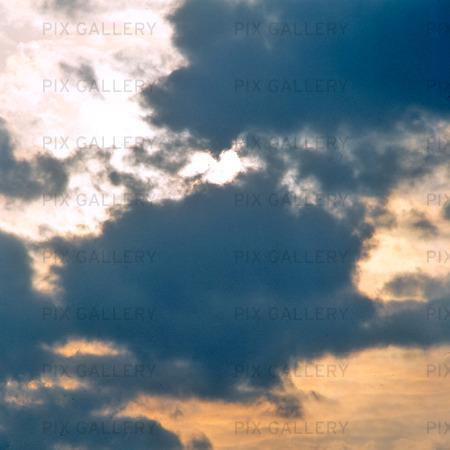 Himmel med grå moln