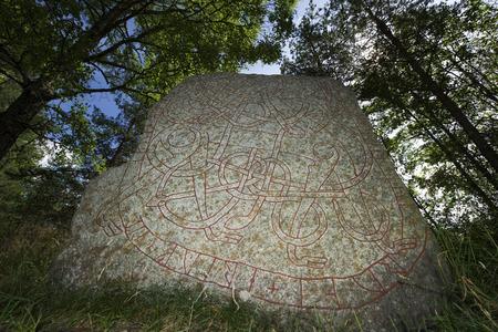 Runestone Large Runhällen, Upland